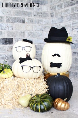 No-carve pumpkin people! Cute black and white pumpkin idea for a modern fall or halloween porch!