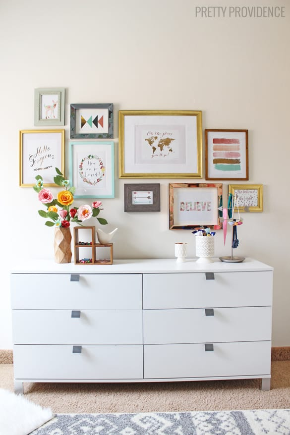 How to hang a perfect gallery wall without nails for Cadre multi photos mural
