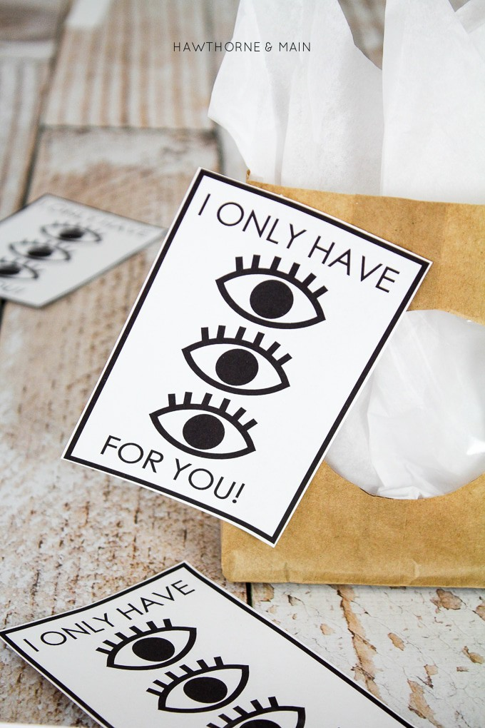 I Only Have Eyes For You free Printable. I love this simple modern gift tag. This would be really great for the guy in my life. Love it! Definitely pinning!