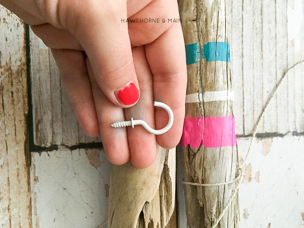 This driftwood jewelry holder is perfect for me! I can keep all my jewelry organized. Totally pinning so I can make this!