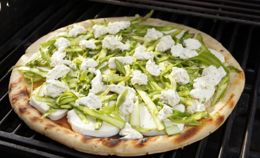 This Shaved Asparagus Grilled Pizza is the perfect pizza for spring ...