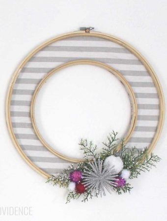 LOVE this simple, modern winter wreath!!! So pretty and festive for the winter or Christmas holidays!