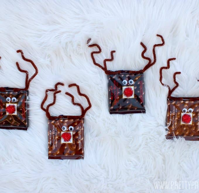 My kids had so much fun making these easy reindeer chocolate bars! A perfect fun and festive gift for your loved ones, not to mention delicious! Comes with free printable!