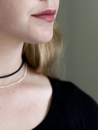 This DIY suede choker with a touch of rose gold is so easy and fun to make. You could do it in minutes! Such a cute gift idea too.x
