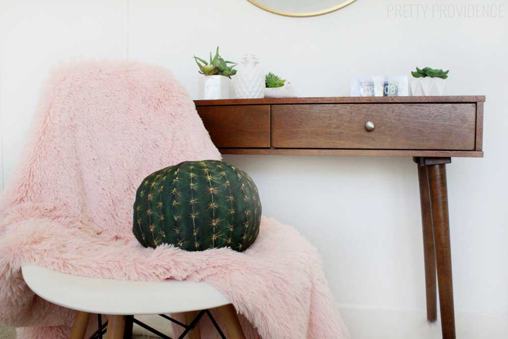 Love this bright and happy bedroom - totally has a Palm Springs feel and I'm loving the pops of pink!