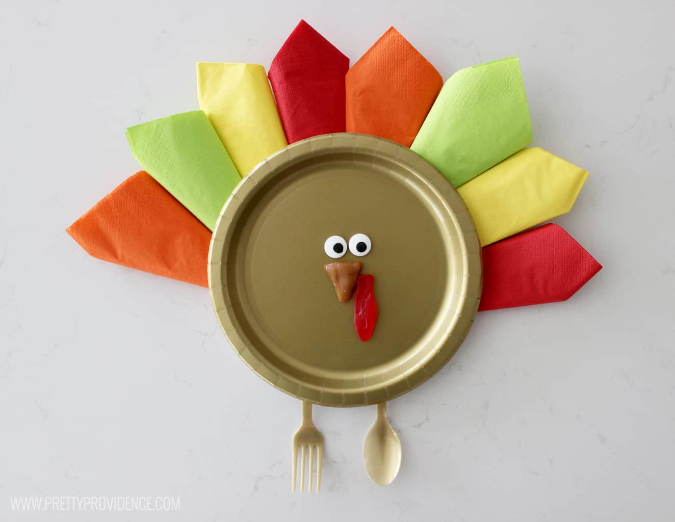 How cute is this kids Thanksgiving turkey place setting?! Such a fun and festive way to make the kids table special!