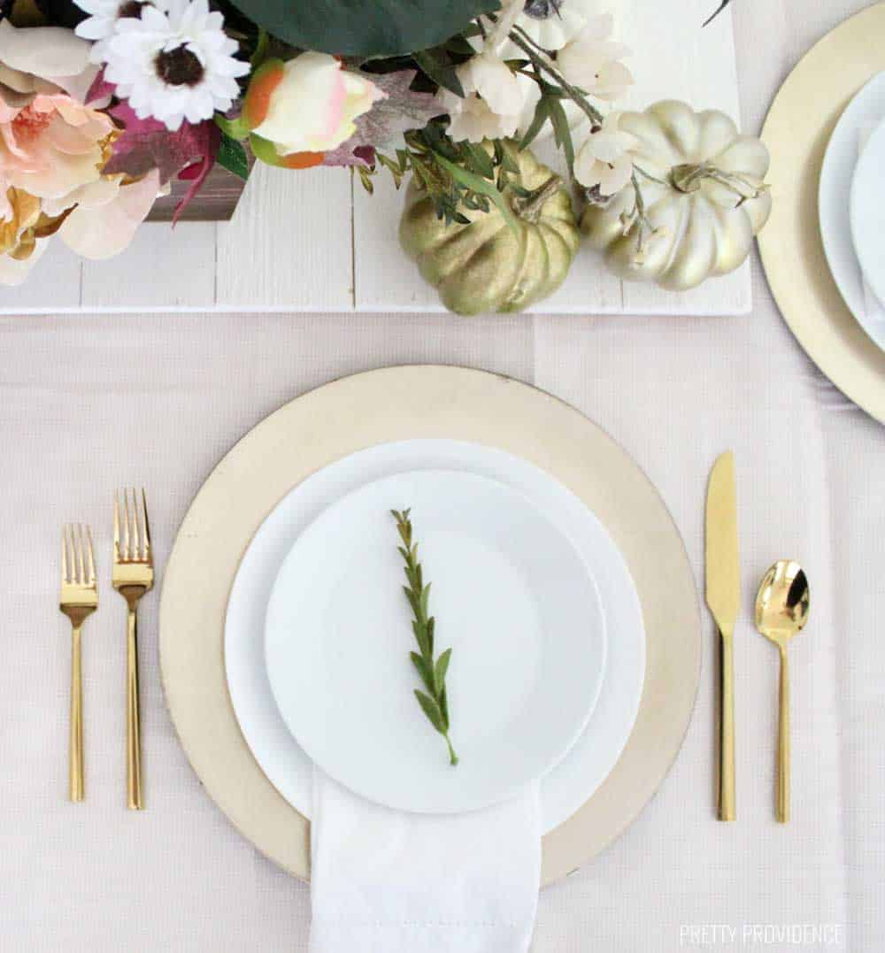 This gold place setting is perfect for the holiday dinner table! Less is more! Gold utensils, white plates, and a gold charger for the win.