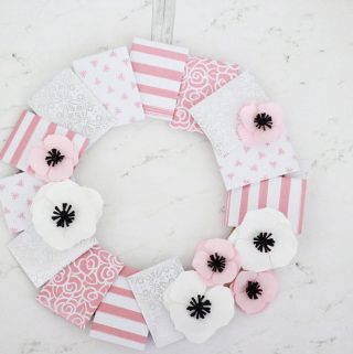 Gift Card Ideas: A Wreath with Gift Card Envelopes! Fill some with gift cards and some with nice notes!