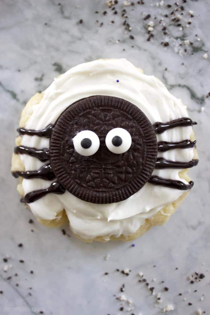 How cute are these easy spider halloween cookies? Perfect halloween treat for any party or get together!