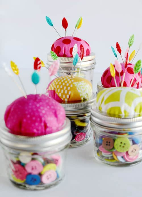 Mini pin-cushinos made from baby food jars or mason jars with buttons and pins, storage for craft room