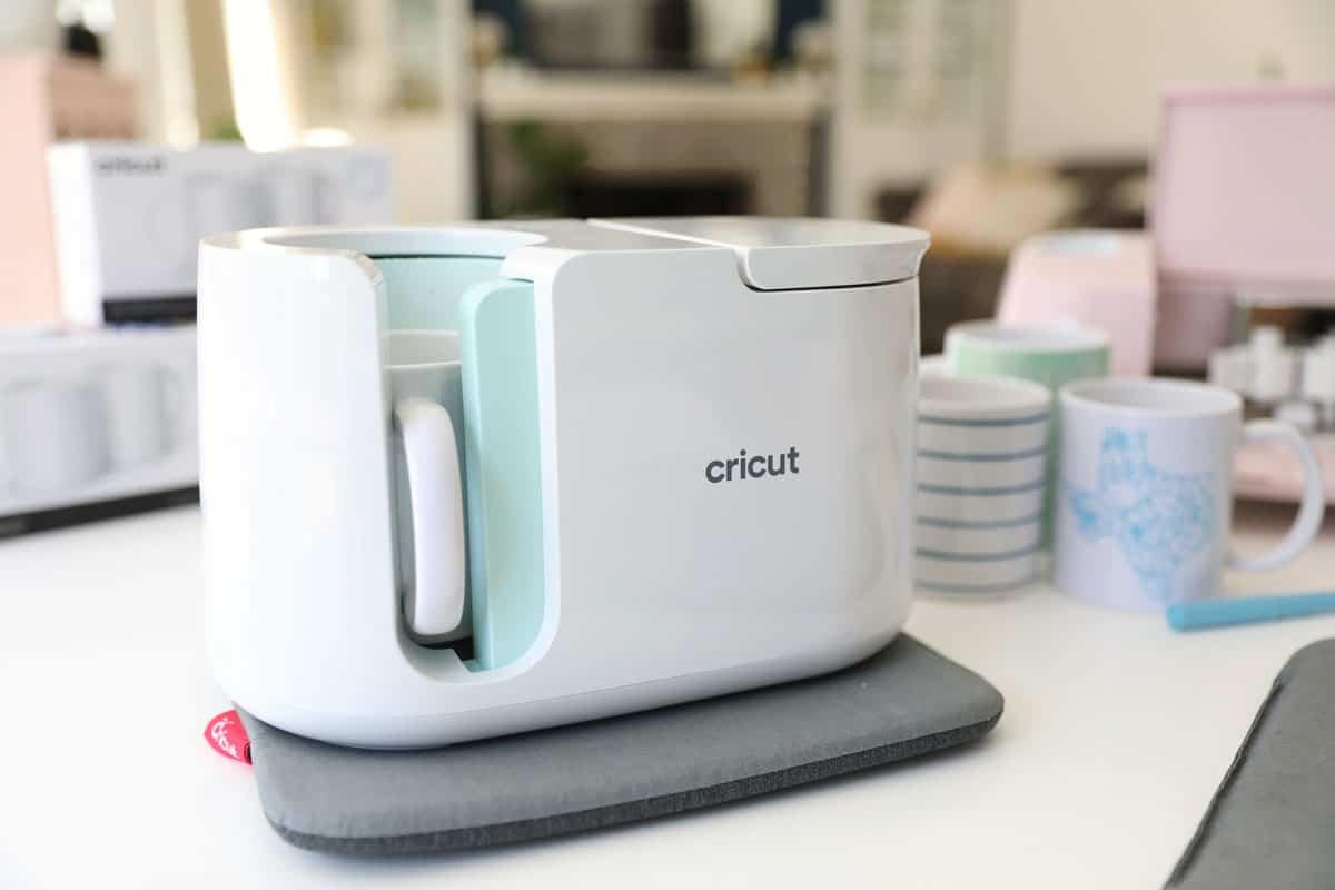 le nouveau Cricut Mug Appuyez sur un tampon résistant à la chaleur avec une tasse dedans