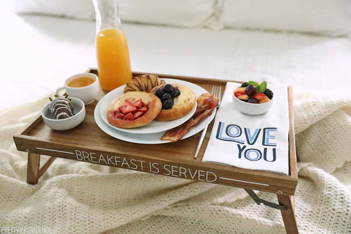Petit-déjeuner au lit plateau avec de la nourriture sur un lit
