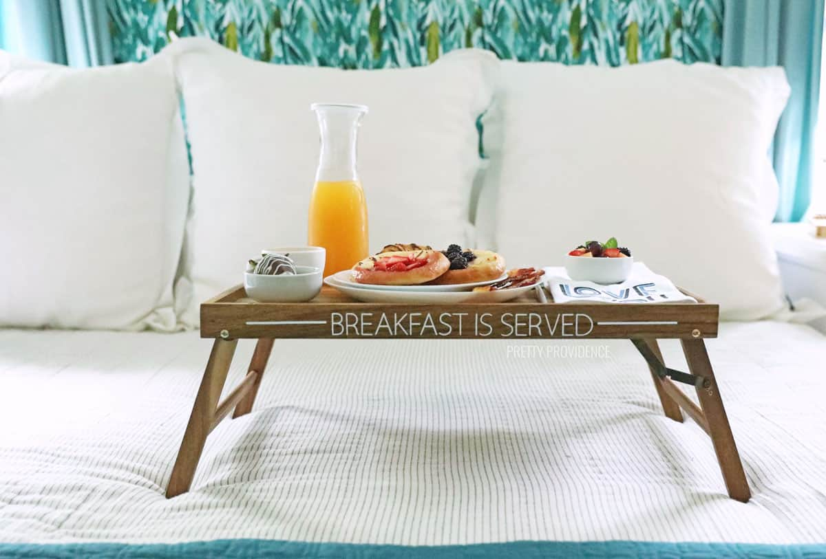 Plateau de petit-déjeuner dans le lit avec un décalque en vinyle qui dit