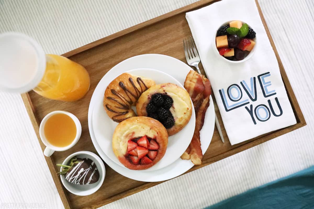 Petit-déjeuner au lit plateau de nourriture sur lit avec serviette