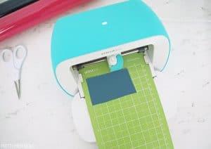 Cricut joy cutting blue vinyl on green cricut mat