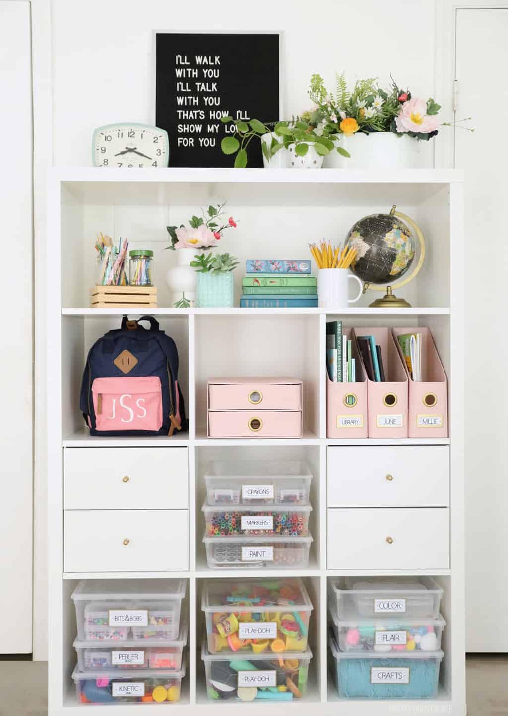 fournitures artistiques organisées et étiquetées sur une étagère kallax IKEA blanche