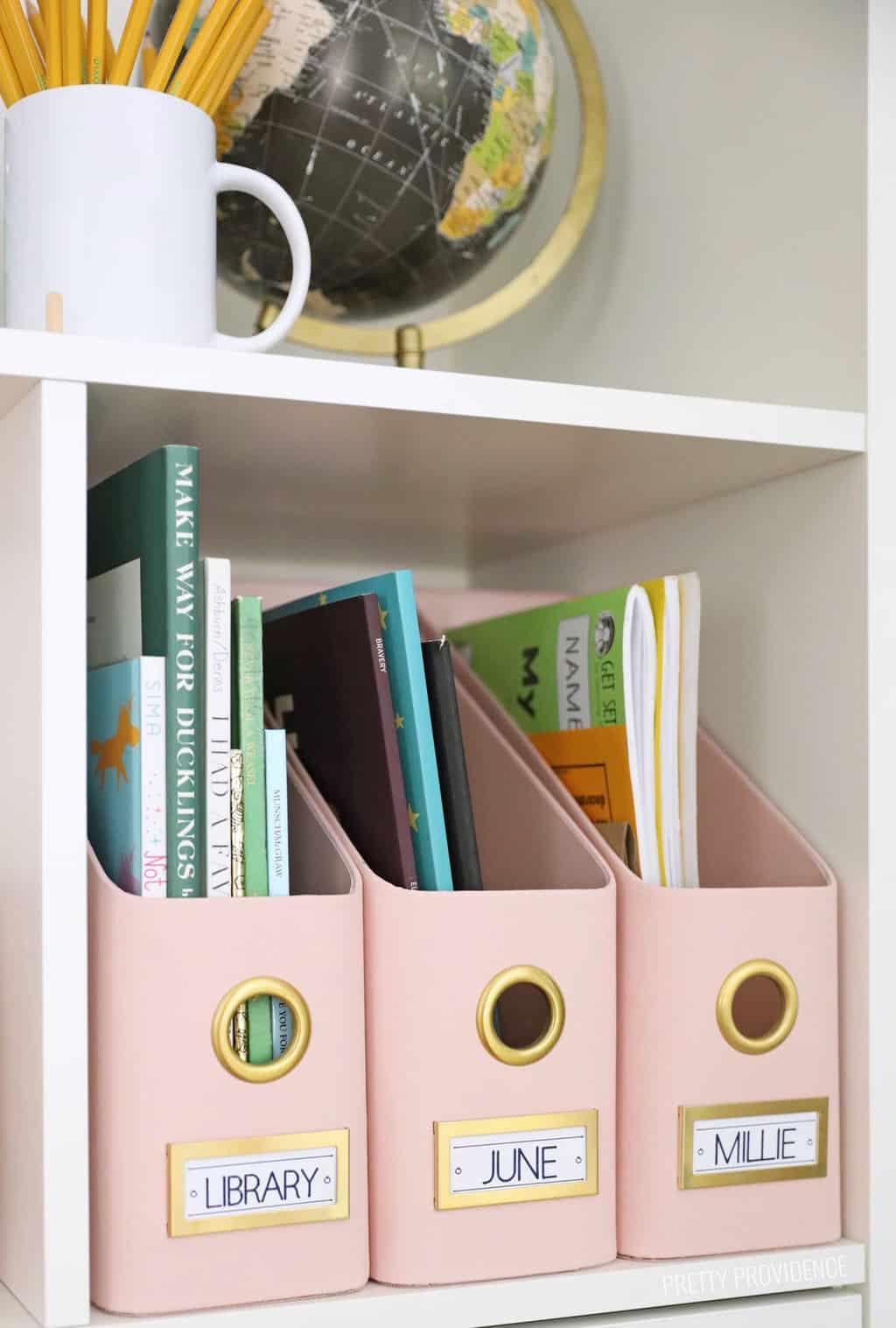 Dossiers de magazine roses avec des étiquettes dessus pour les livres de bibliothèque, les devoirs et les cahiers d'exercices