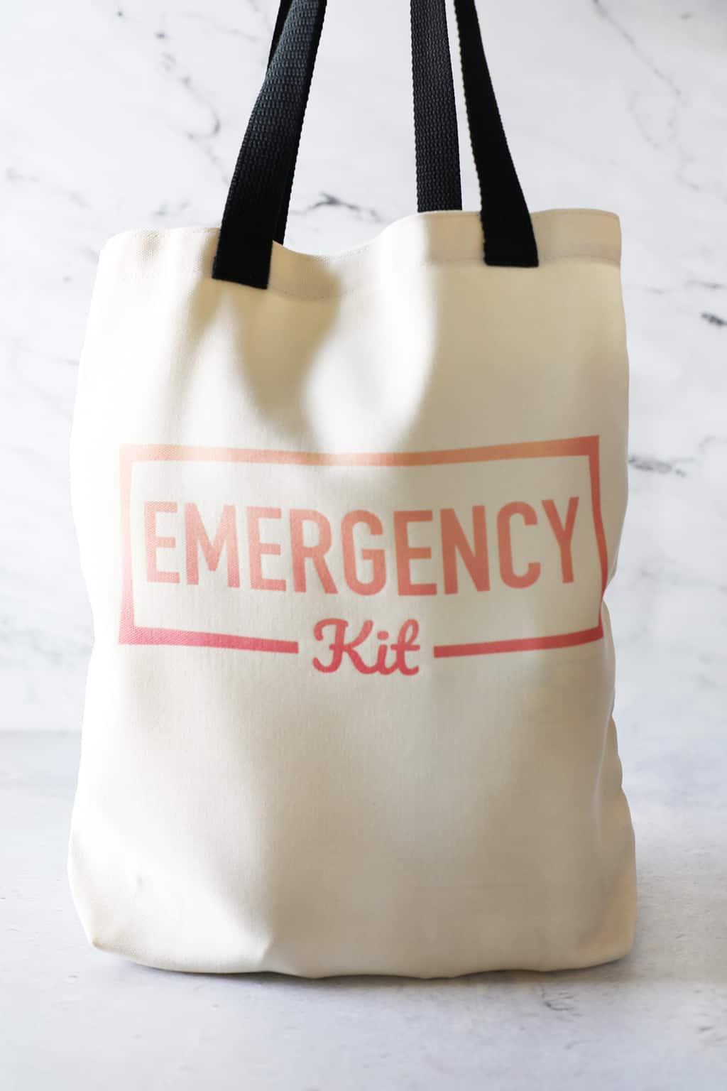 Un kit d'urgence de voiture de bricolage complet debout sur un fond blanc