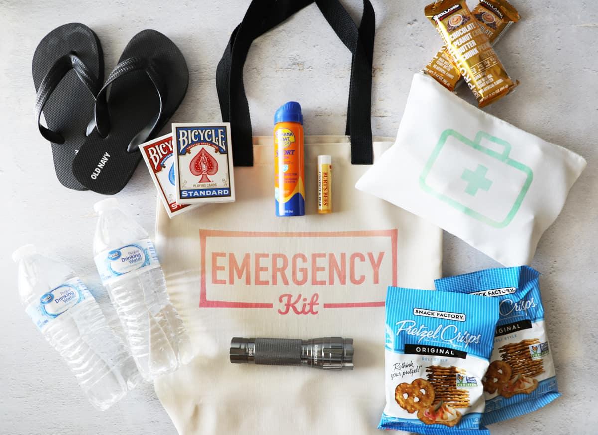 divers articles qui iraient dans une trousse d'urgence disposée sur un sac