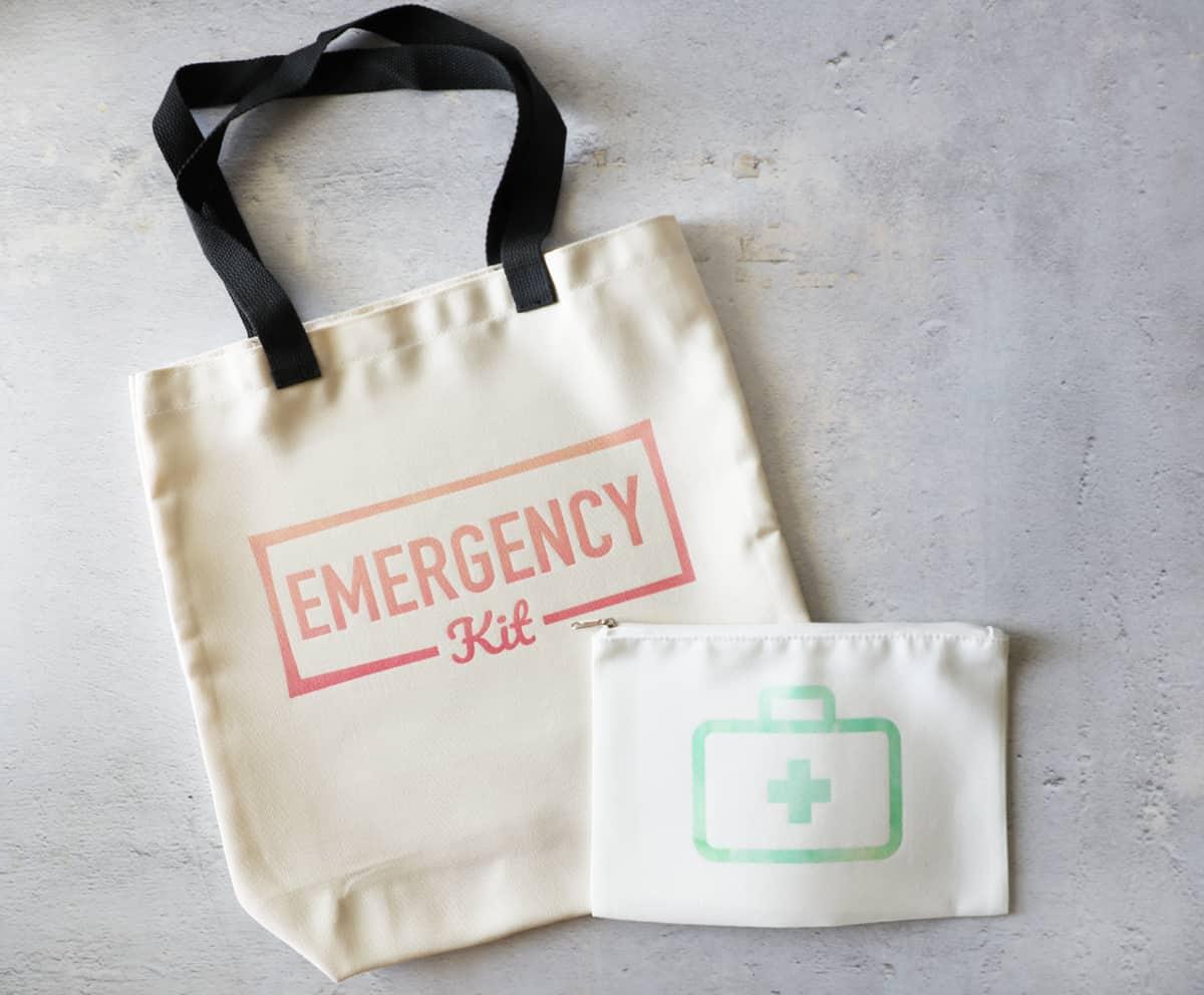 sacs pour une trousse d'urgence de voiture et une trousse de premiers soins de voiture côte à côte sur une surface en béton